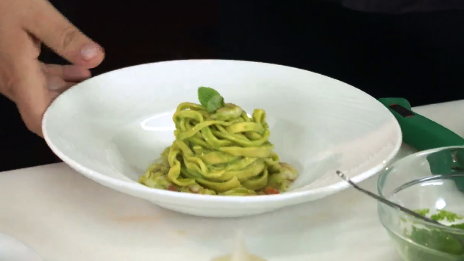 Cucine da incubo italia le ricette di chef cannavacciuolo tagliatelle gamberi e zucchine dplay - Ricette cucine da incubo ...